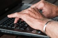 Saavuttaako ikääntynyt sähköiset palvelut?