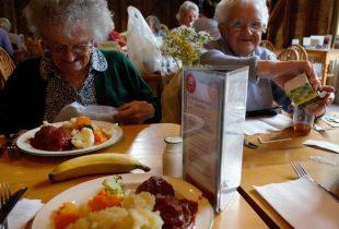 Iäkkäitä ihmisiä ruokailemassa...</a></p> <p><a href=