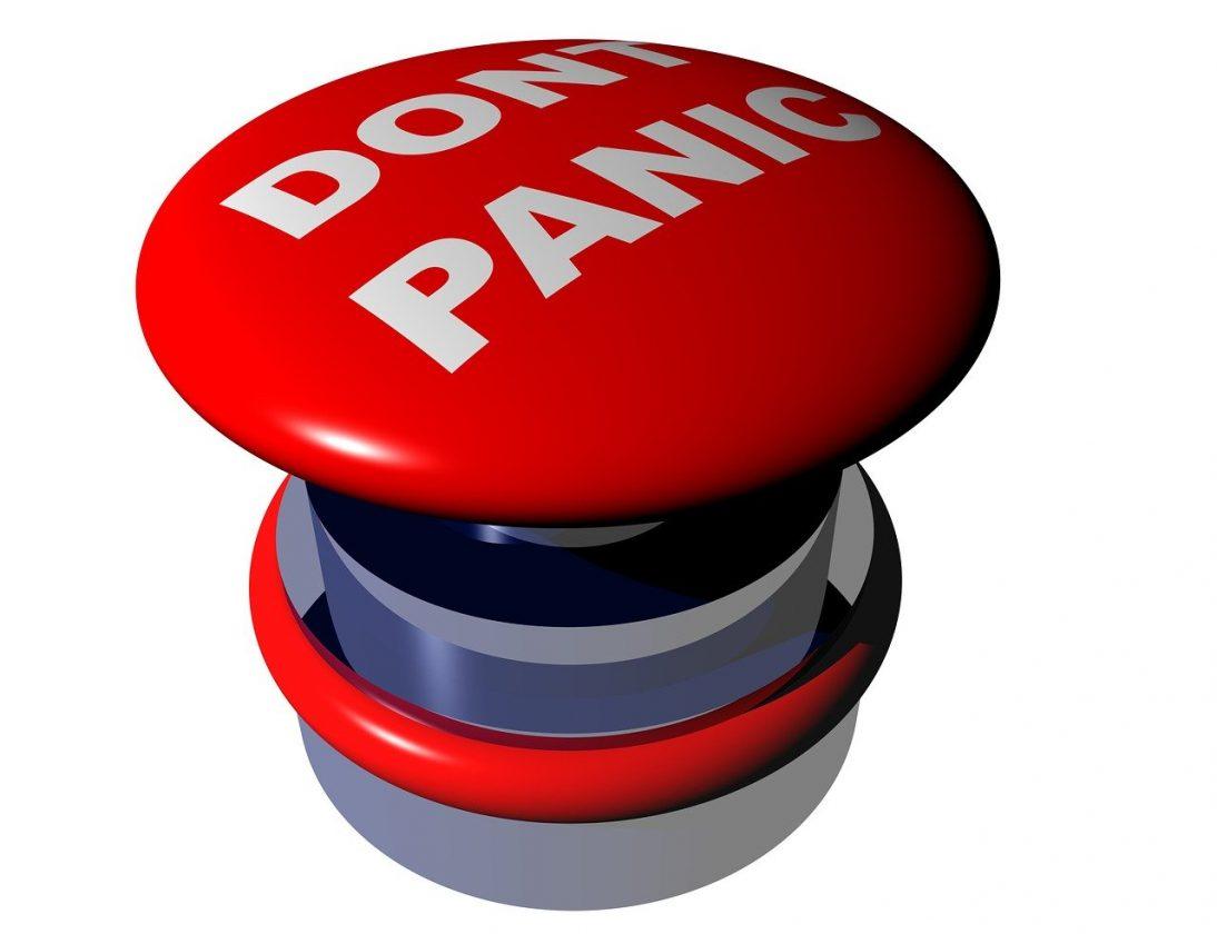 "Punainen nappi, jossa teksti ""Don't panic"""