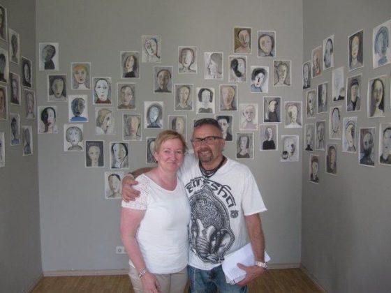 Ikäinstituutin Sirkkaliisa Heimonen Seppo Fräntin taidekokoelmaa ihailemassa Galleria Lapinlahden näyttelyssä