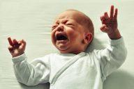Vyöhyketerapian käyttö koliikkivauvojen hoidossa – vaarallista uskomushoitoa vai koliikkioireiden helpottamista vauvaa kuunnellen?
