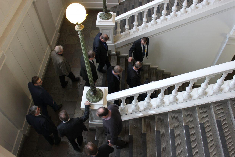 Alumneja portaissa