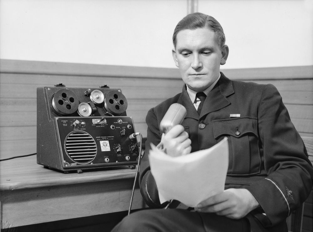 Upseeri tallentaa puhetta nauhurilla.