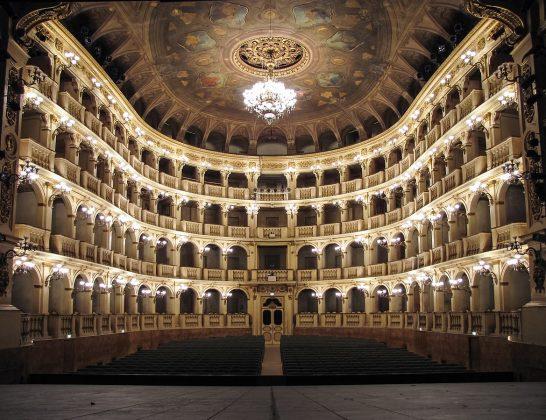 Harvinainen kellonmuotoinen (campanula) oopperasali Bolognan Teatro Communalessa.