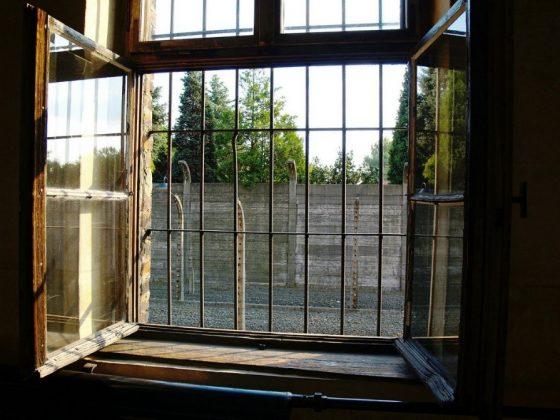 Kuvassa ikkuna, jossa kalterit.