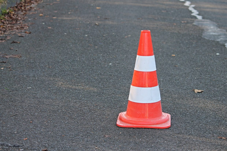 Oranssi liikennekartio keskellä tietä.