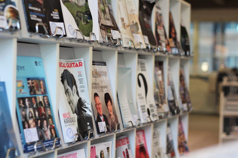 Lehtihyllyjä Arabian kampuksen kirjastossa