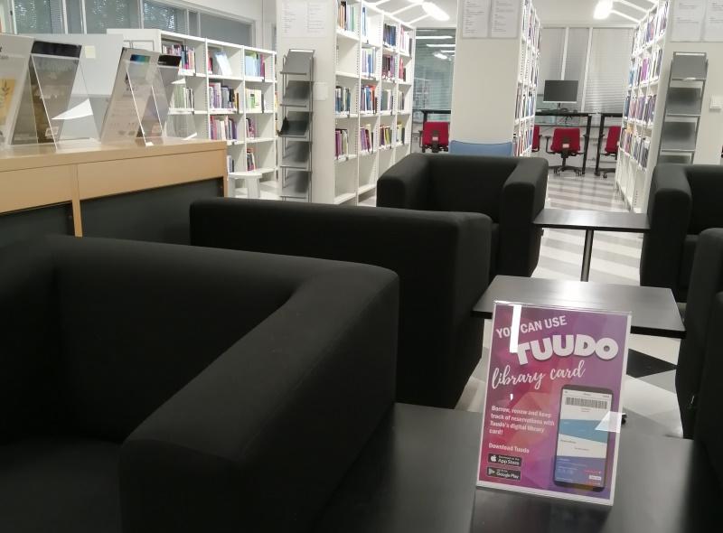 nojatuoleja ja kirjahyllyjä Karamalmin kampuksen kirjastosa