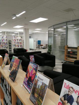 Lehtihyllyjä Karamalmin kirjastossa
