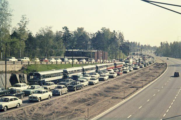 Autoja ruuhkassa Itäväylällä Helsingissä 1960-luvun lopulla Helsingin kaupunginmuseon arkistokuvassa.