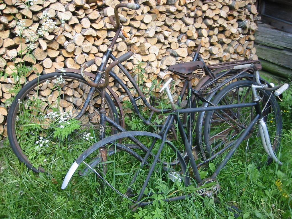 halkopino, vanhat polkupyörät nojaamassa