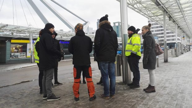 Ihmisjoukko neuvottelemassa Vuosaaren metroaseman edustalla.