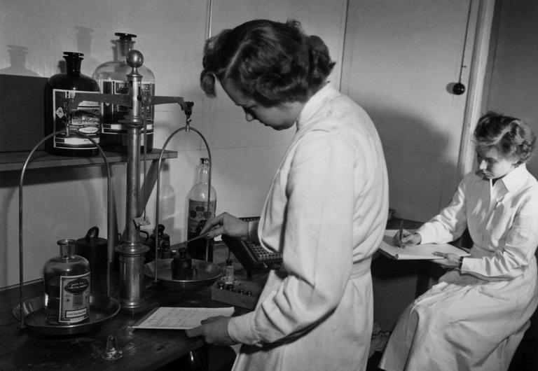 Työntekijät inventoimassa laboratoriossa.