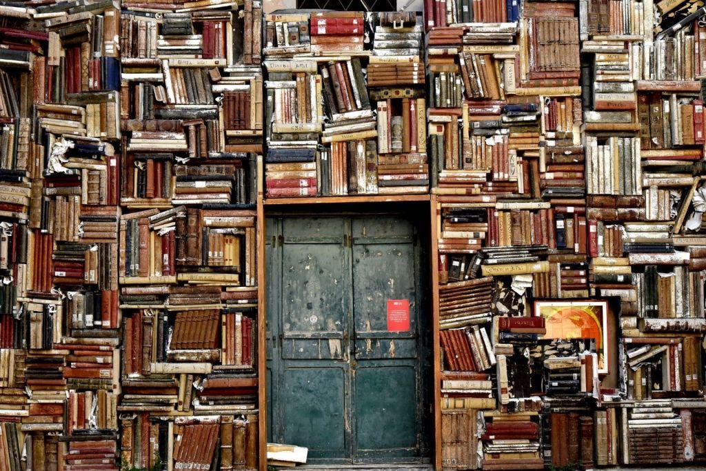 seinä, kirjoja, suljettu ovi