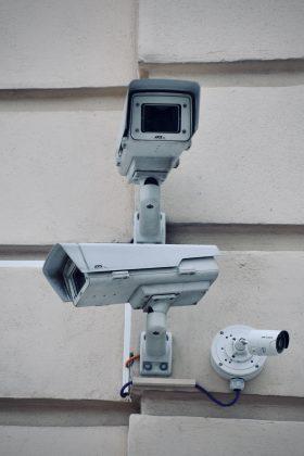 kolme valvontakameraa seinällä
