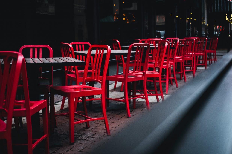 Tyhjä ravintolan terassi, punaiset tuolit