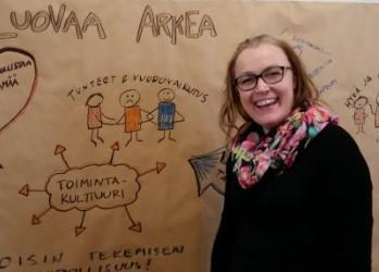 """Elina Ala-Nikkola hymyilee esitellessään """"Luovaa arkea"""" -hankeen ideoita (kuva: amusa.fi CC-BY-SA)"""