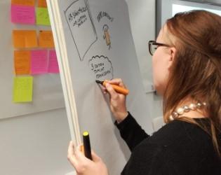 Elina Ala-Nikkola työn touhussa hankkeiden parissa (kuva: Tiina Niskanen)