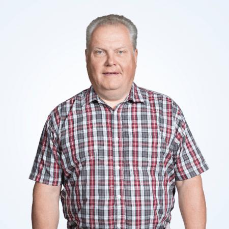 Pekka Salonen, puolikuva, valkoinen studiotausta